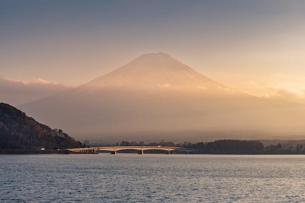 Озеро кавагучико и гора фудзи с облаками в закате