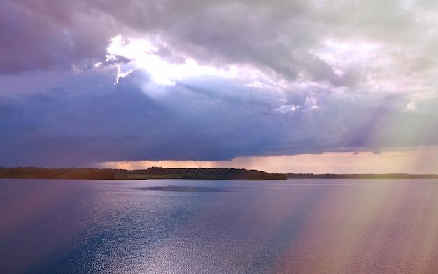Озеро кенозеро. вечерний шторм над водой. архангельская область, россия