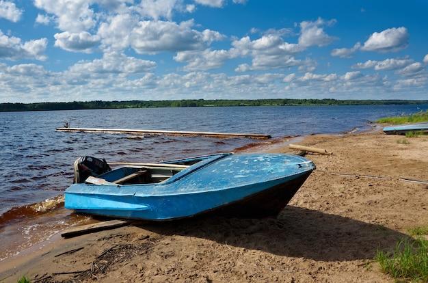 ケノゼロ湖。岸にあるモーターボート。ロシア、アルハンゲリスク地域