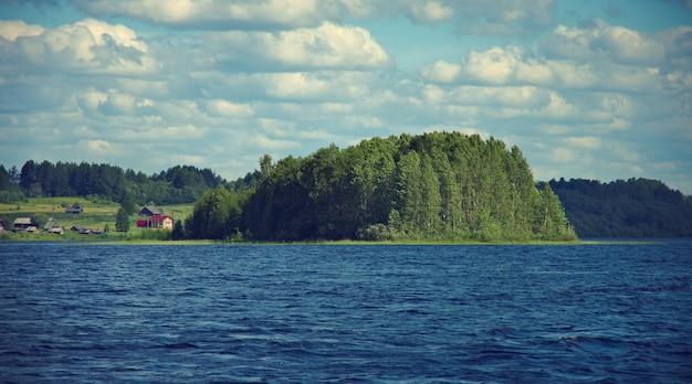 Озеро кенозеро. вид на остров. архангельская область, россия