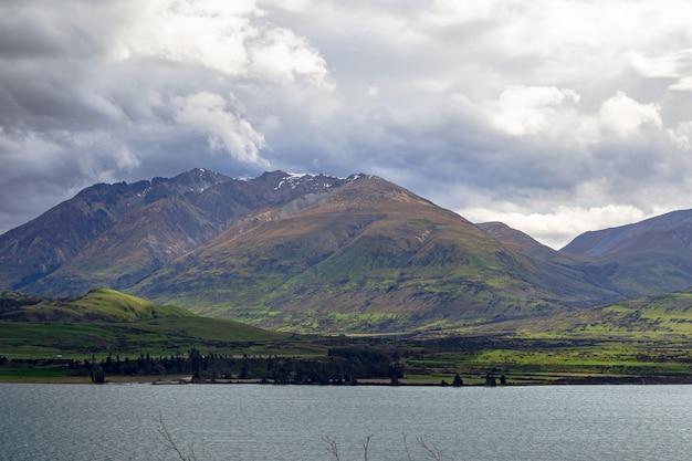 Озерный пейзаж в районе квинстауна озеро вакатипу новая зеландия