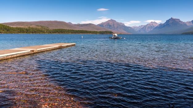 マクドナルド湖、モンタナ/米国-9月20日:2013年9月20日にモンタナ州のマクドナルド湖でボートのビュー