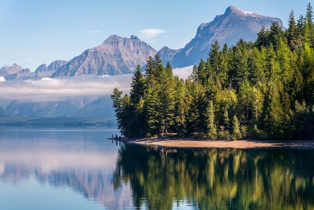 マクドナルド湖、モンタナ/米国-9月20日:2013年9月20日のモンタナ州のマクドナルド湖の眺め。正体不明の人々。