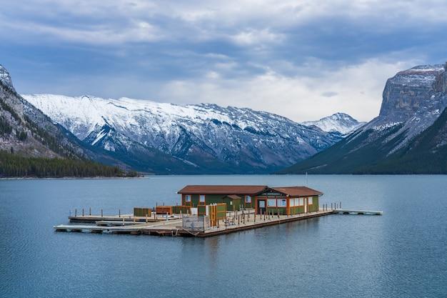 초겨울 밴프 국립 공원 캐나다 로키 산맥의 미네 완카 호수 크루즈 매표소