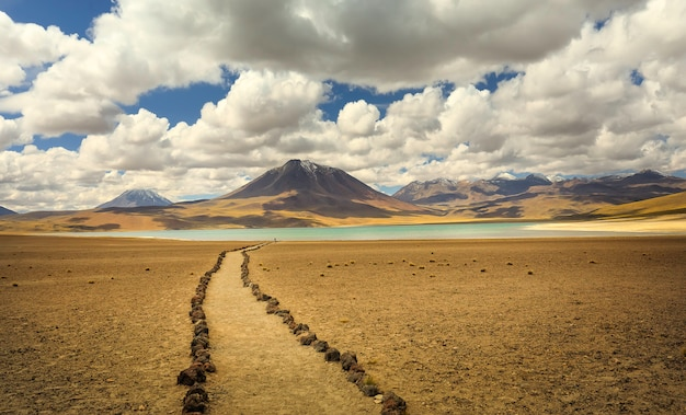 Озеро мисканти и горный массив в пустыне атакама, регион антофагаста. чили