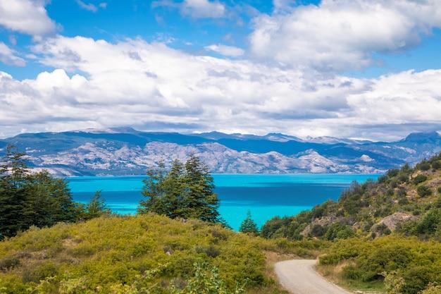 Озеро, горы и вулкан красивый пейзаж, чили, патагония, южная америка