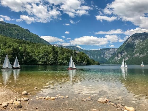 Озеро горы парусники бохинь. национальный парк триглав, словения.