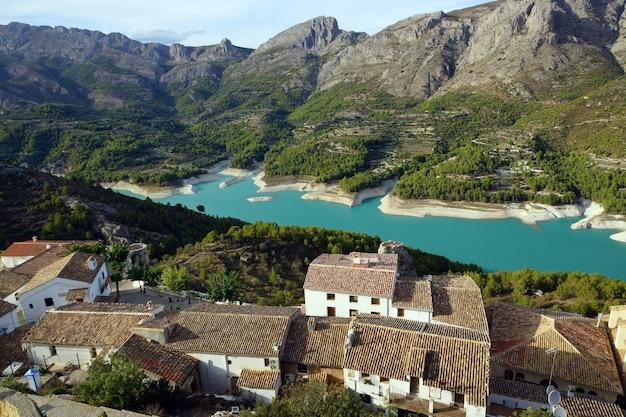 山々に囲まれた青い湖とその中の集落