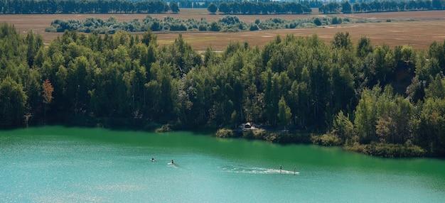 화창한 여름날에 밝은 색상의 호수
