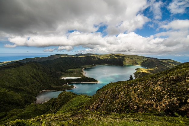 サンミゲル島のピコドフォゴ火山の火口にある火の湖またはフォーゴ湖。サンミゲル島は、大西洋のアゾレス諸島の一部です。