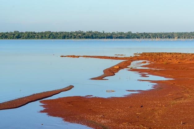2015년 5월 19일 브라질의 이과수 파라나 주에서 마른 나무가 등장한 이타이푸 댐 호수