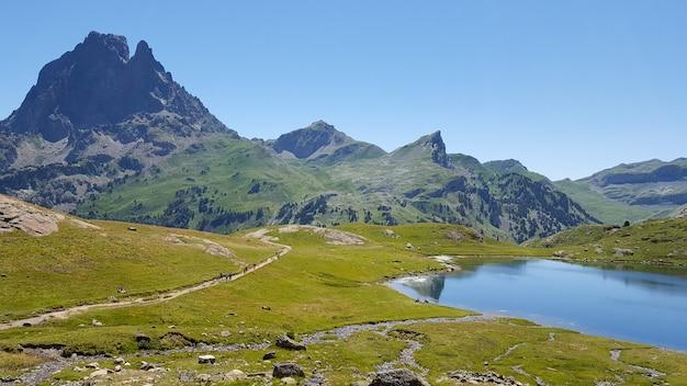 Озеро водной плотины в горах пиренеев