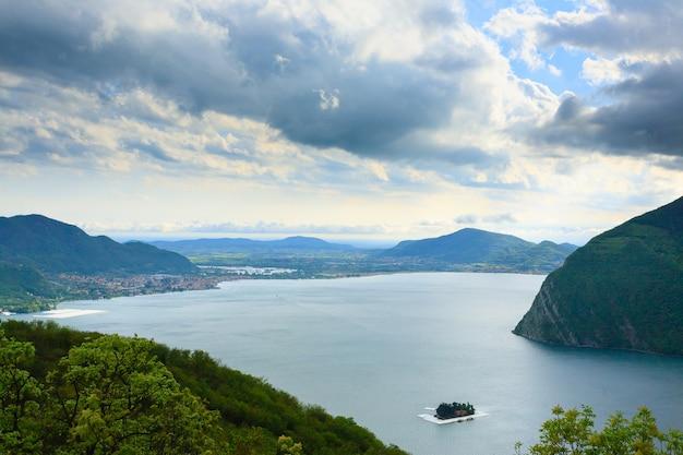イタリア、「モンテ・イーゾラ」からの湖のパノラマ。イタリアの風景。湖の島