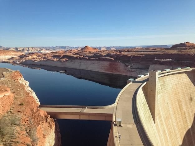 アメリカ合衆国、アリゾナ州の砂漠にあるパウエル湖とグレンキャニオンダム