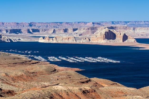 ページ都市のアリゾナ州、アメリカ合衆国の砂漠の風景とヨットマリーナのレクリエーションセンターのパウエル湖。アメリカのランドマーク環境水資源貯水池スポーツとレクリエーションのコンセプト。