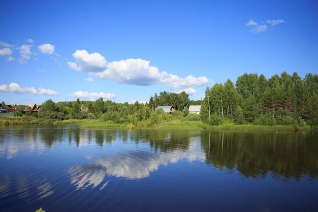 Озеро, отражающее небо с облаками
