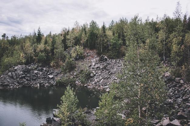 Сцены озера в лесу, национальный парк качканар, россия, европа. пасмурная погода, драматическое голубое небо, далекие зеленые деревья