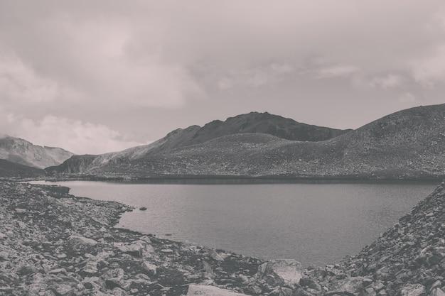 산, 국립 공원 dombai, 코카서스, 러시아, 유럽의 호수 장면. 여름 풍경, 햇살 날씨, 극적인 푸른 하늘과 화창한 날