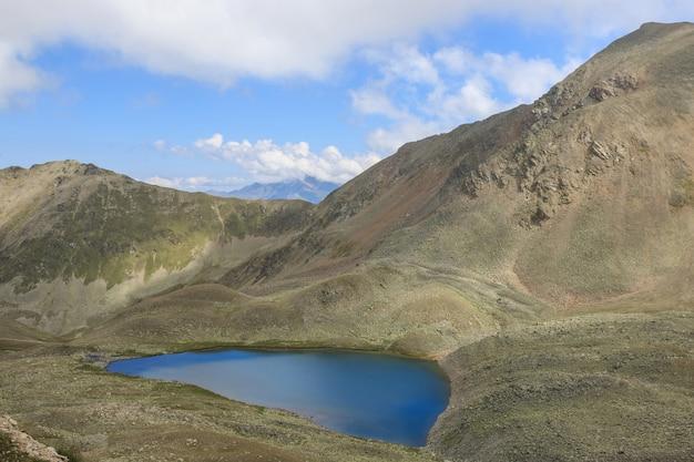 山の湖のシーン、国立公園ドンバイ、コーカサス、ロシア、ヨーロッパ。夏の風景、太陽の光の天気、劇的な青い空と晴れた日