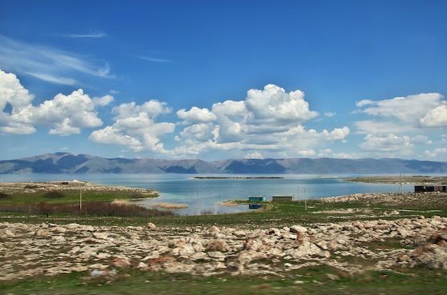 Озеро севан в горах кавказа, армения