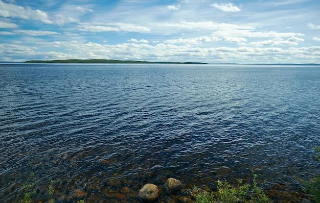 Озеро среднее куито. калевала, административный центр калевальского района республики карелия, россия.
