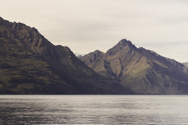 뉴질랜드의 햇빛 아래 바위로 둘러싸인 호수
