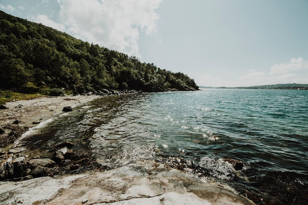 Озеро окружено скалистым ландшафтом