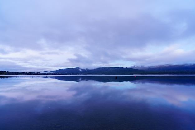 テアナウ湖はニュージーランドで2番目に大きい湖で、ニュージーランドの南島、夕暮れに反射します。