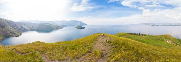 Озеро тоба и остров самосир вид сверху суматра индонезия