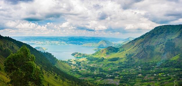 インドネシアのスマトラ島の上から見たトバ湖とサモシール島の眺め