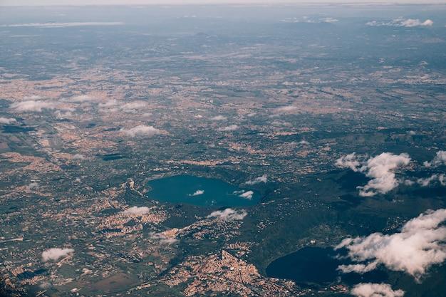 비행기의 측면에서 이탈리아보기에서 트라시 메노 호수