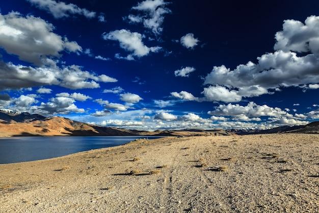 ヒマラヤラダックインドのツォモリリ湖