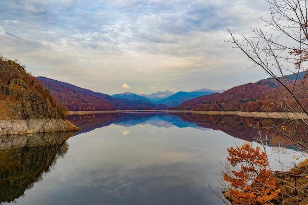 ルーマニアのカルパティア山脈のビドラル湖