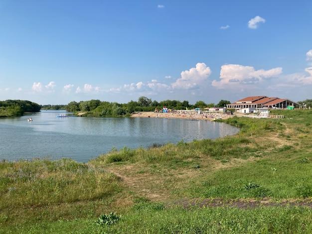 Вид на озеро с пляжем и рестораном