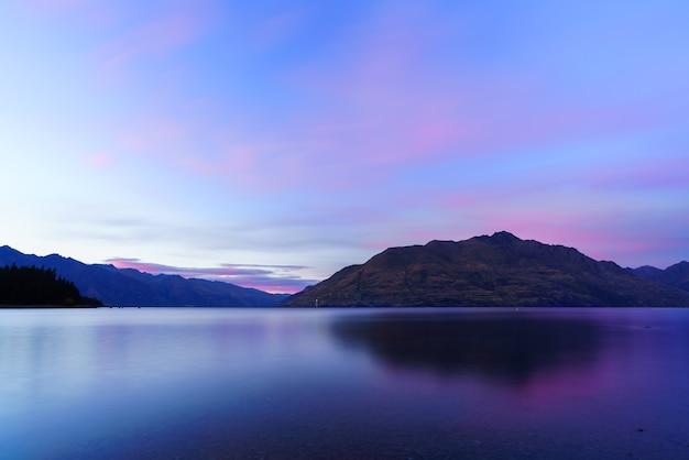 ニュージーランドの南島、クイーンズタウン、夜明けの夕暮れのワカティプ湖