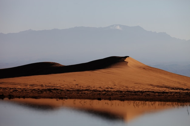 중국 xijiang의 안개 낀 날 언덕이 있는 호수