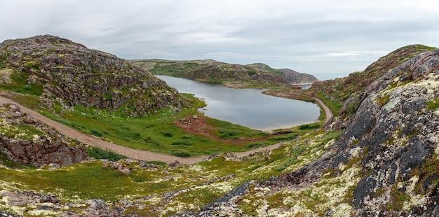 バレンツ海の海岸にある、きれいで淡水の湖。ロシア、コラ半島