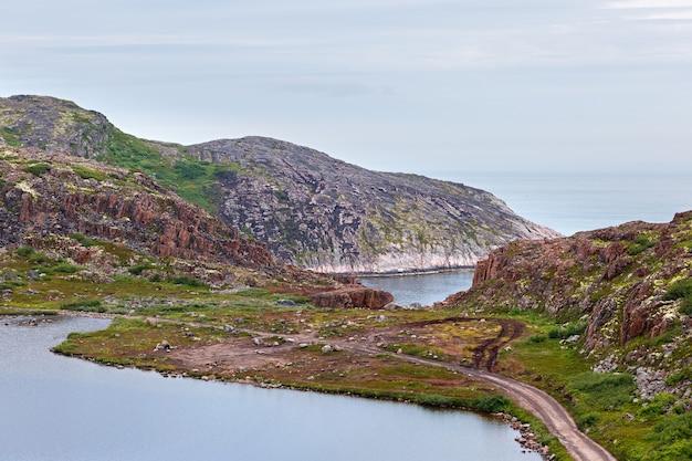 바 렌츠 해의 해안에 깨끗하고 신선한 물이있는 호수. 콜라 반도, 러시아.