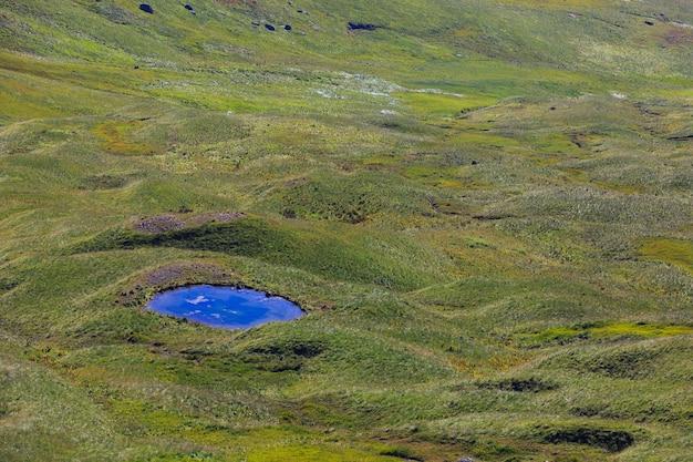 ロシアの北コーカサスの山岳地帯にある澄んだ水のある湖