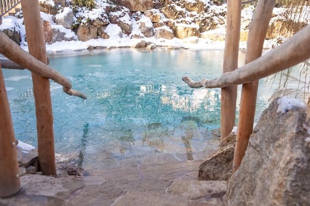 사우나 후 냉각을 위해 겨울에는 얼음물이있는 호수.