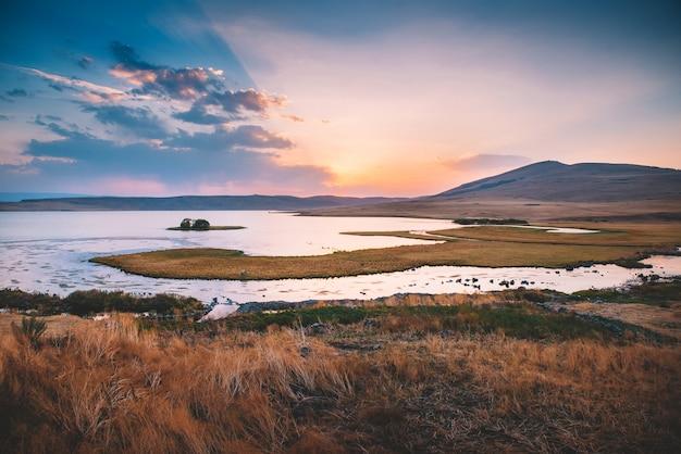 Озеро с островами и удивительный закат