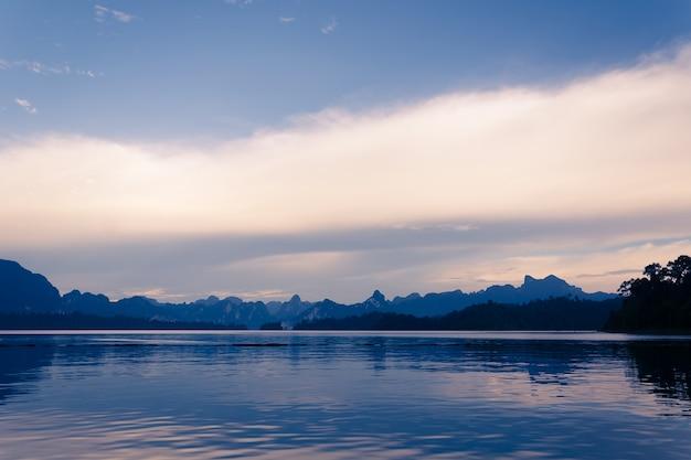 Lago con vista sulle montagne