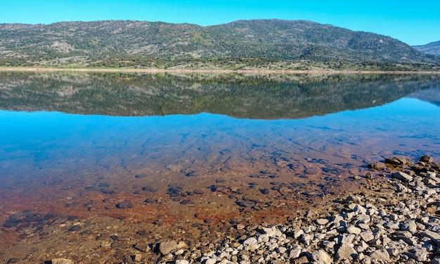 Озеро с отражением гор на его пейзаже
