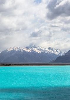 산 사이 청록색 물이있는 호수