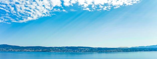 スイスのシュヴィーツのヴォルララウ州にあるチューリッヒ湖チューリッヒ湖スイスの山々の風景青い水と空の牧歌的な自然と風光明媚なアートプリントとして理想的な完璧な旅行先