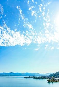 Цюрихское озеро в воллерау, кантон швиц в швейцарии zurichsee швейцарские горы пейзаж голубая вода и небо летом идиллическая природа и идеальное место для путешествий идеально подходит для живописных картин
