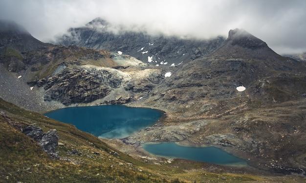 山々に囲まれた湖