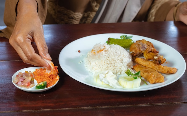 Курица лалапан с острым соусом чили и свежими овощами