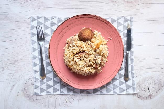 テーブルの上のボウルに子羊ビリヤニの食事。