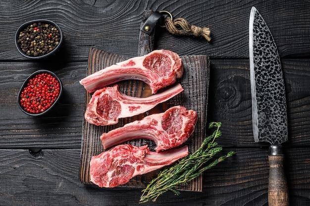 Бараньи отбивные из сырого мяса на кости с солью, перцем и зеленью